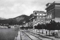 Il palazzo delle Poste dal Lungomare negli anni '30